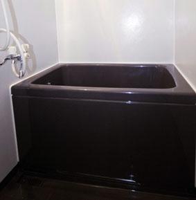 タイル壁のユニットバスの浴槽をコーティングで着色するリフォーム