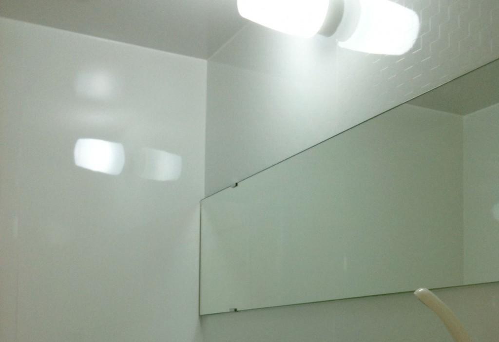 アクセントに特大の浴室鏡を壁に取り付けました