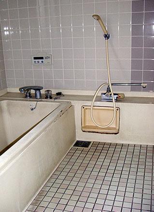 お風呂コーティングの施工前の写真
