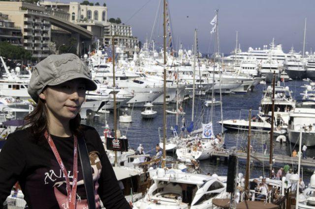 モナコで上機嫌の女王