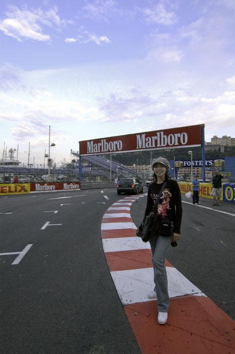 モナコの外周道路を散歩中の女王