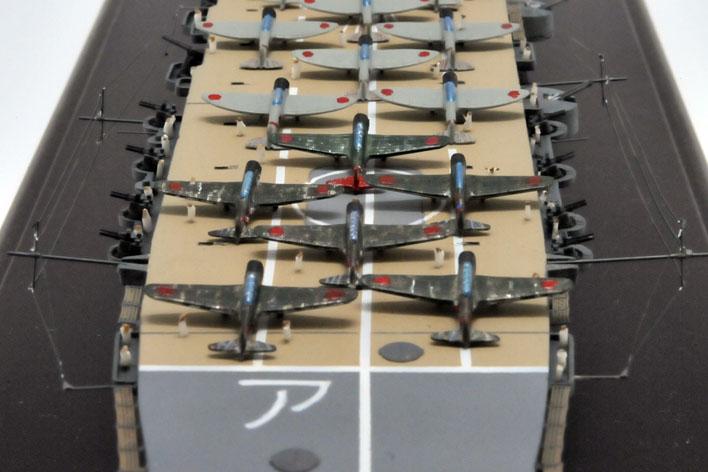 赤城の飛行甲板で手前から97艦上攻撃機次に99艦爆