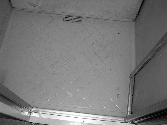 劣化して汚れたユニットバスの床