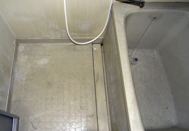 経年劣化で傷んでいるお風呂の床