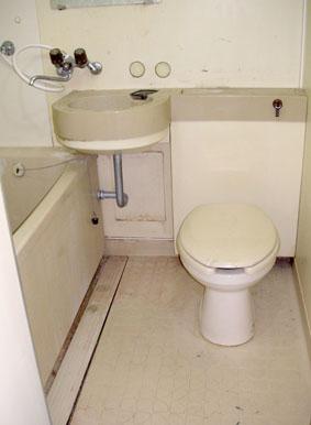浴室コーティング施工前の汚れた床