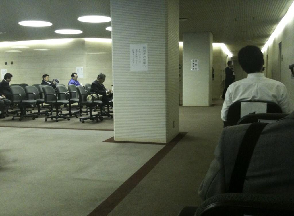 抽選前の市役所