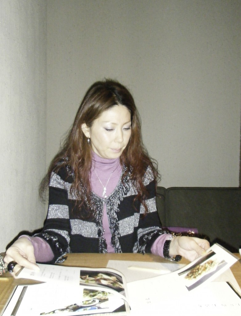 NU茶町プラスの3階の神田でメニューを見る女王