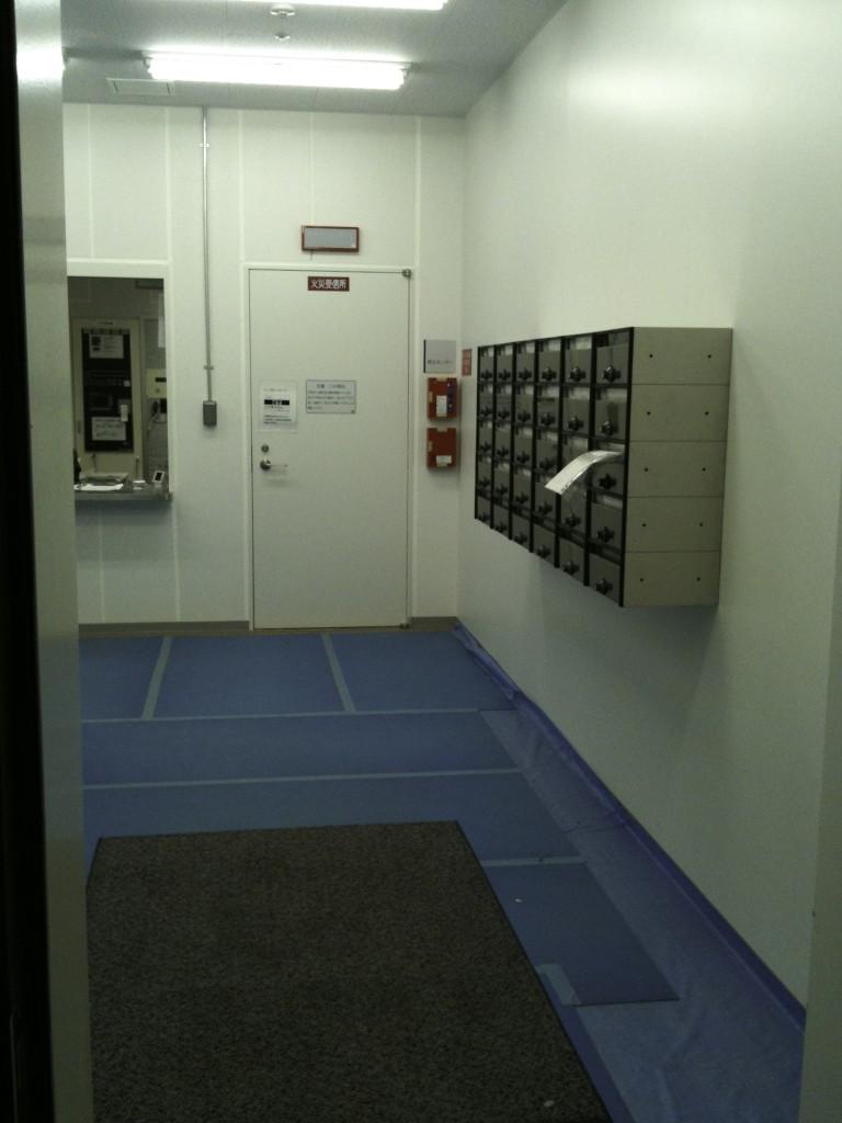 入館はオープン前なのでIDカードをつけて裏口