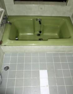劣化したタイルの床の在来のお風呂