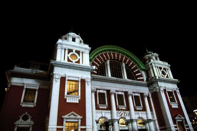 光のショーの前の中央公会堂