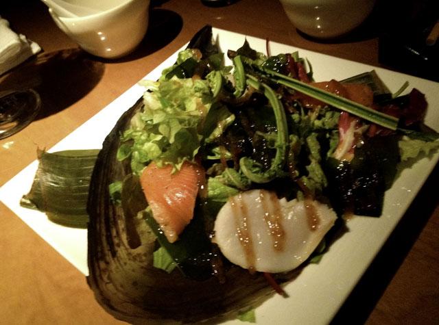 堀江ブルーのタイラギ貝とサーモンのサラダ梅と山葵のソースの写真