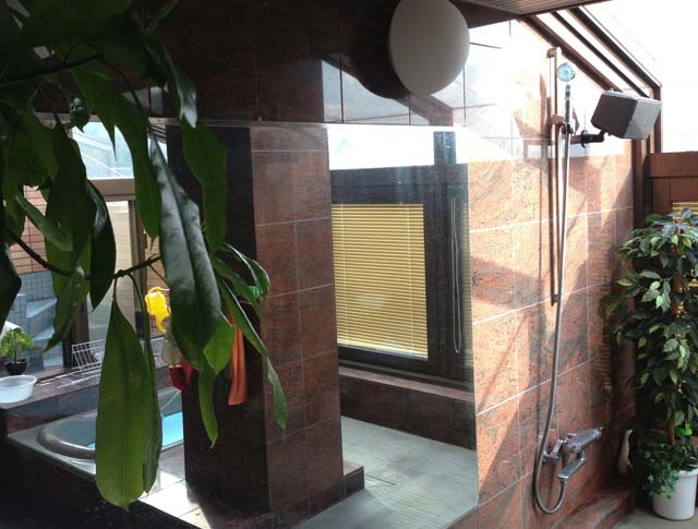 大きな戸建てのお風呂の壁の施工前
