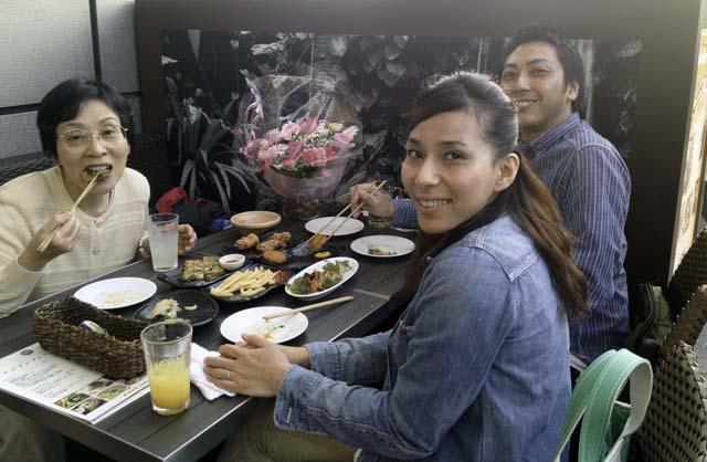 堀江リバーカフェのガーデンで食事をする親戚一同3
