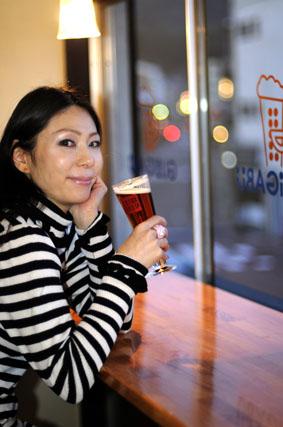 ビールを飲む女王