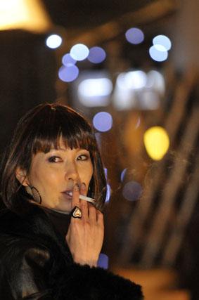 タバコで一服のリプロの女帝
