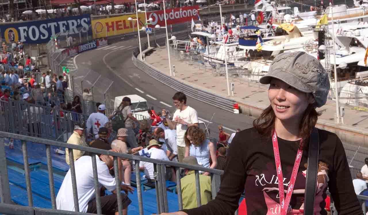 モナコグランプリ決勝似てスタンドで観戦するリプロ女王
