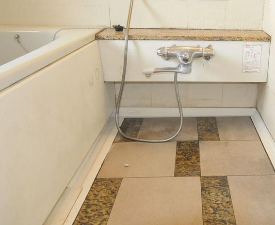 石貼りのマンションのユニットの床