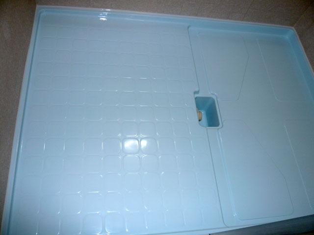 塗装後は浴槽の新品を置くだけの床