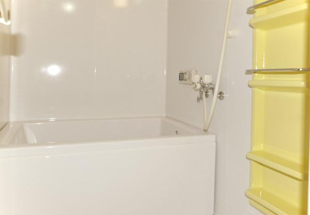 キャビネットを別のカラーでアクセントにコーティングしたお風呂
