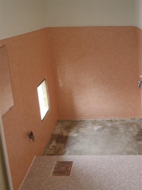 壁をパネルで床をシートで張った在来の浴室