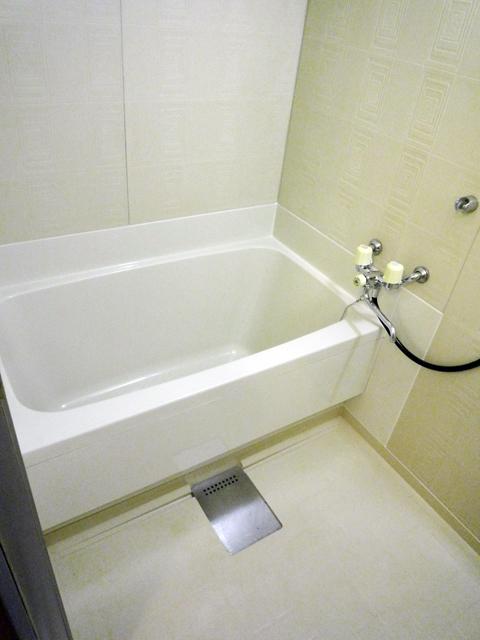 ホワイトが美しい仕上げの浴室途装