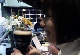 黒ビールで大喜びの女王