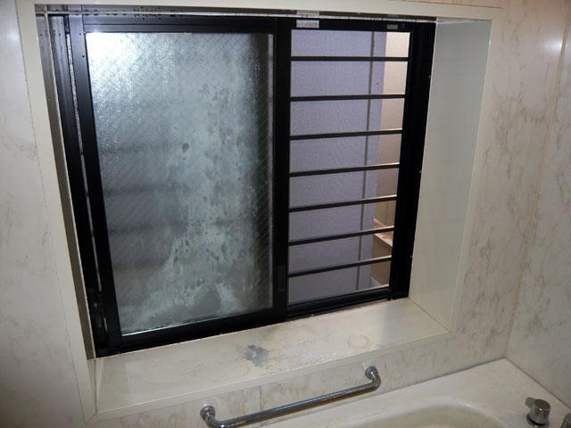 汚れているお風呂の窓の建具周り