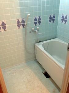 壁がタイルのリフォーム前のお風呂の写真