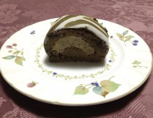 窪田秀樹さんのロールケーキを食べる写真