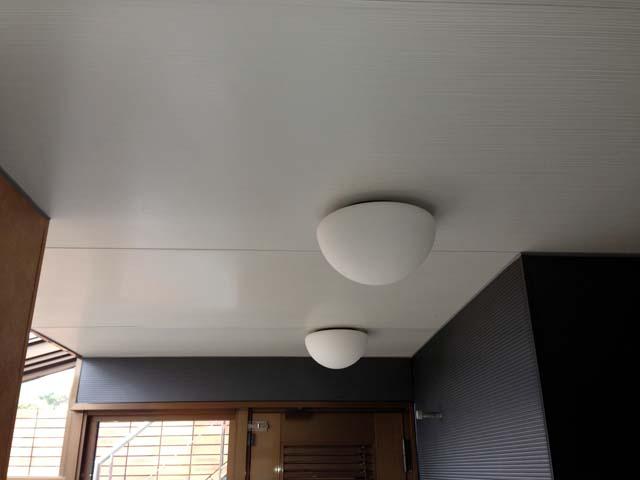 大きな戸建てのお風呂の天井をパネルで貼った施工後