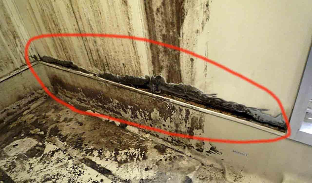 マンションのユニットバスの壁の塩ビ鋼板のサビの写真