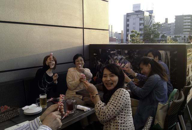 堀江リバーカフェのガーデンで食事をする親戚一同2