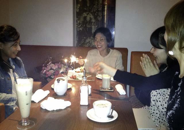 堀江リバーカフェの店内で食お茶をする親戚一同