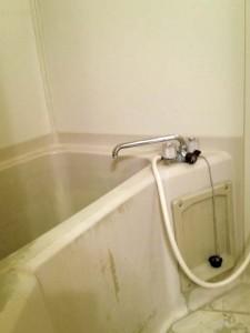 浴室コーティングの施工不良例(床と浴槽)